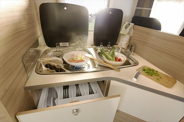 ヨーロッパ製キャンピングカーのキッチンはアメリカ製に比べてコンパクト。しかし、非常に機能的で使いやすくまとめられていてデザインも洗練されている(Photo:Dethleffs)