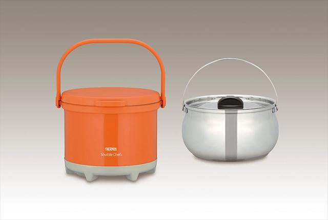 真空断熱調理器は内鍋を短時間加熱したあと、真空の保温容器(外鍋)に入れておけば、熱源なしに調理ができて、焦げ付きも煮詰まりもナシ。取っ手がついてフタにロックがかかるタイプは持ち運びも安心だ。サーモス真空保温調理器シャトルシェフ(RPE-3000)(Photo:サーモス(株))