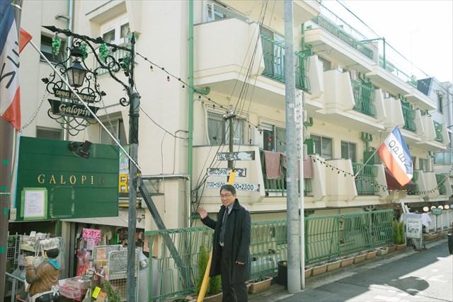 中道通り沿いには、古い集合住宅を改装した飲食店もある
