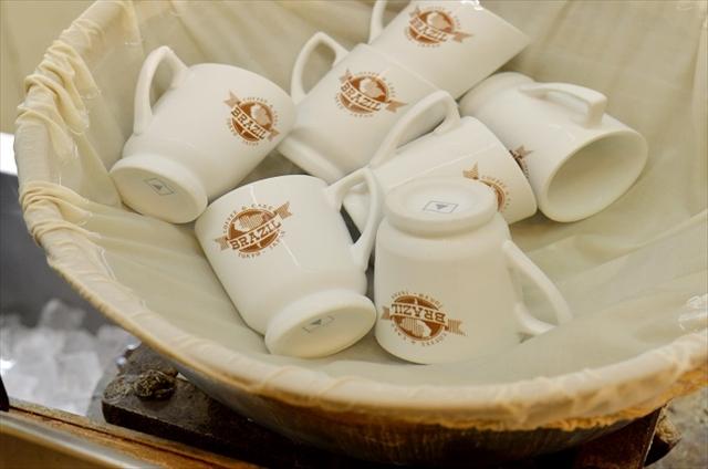 コーヒーを注ぐ前のカップは常に煮立った湯で温めているので熱さが違う