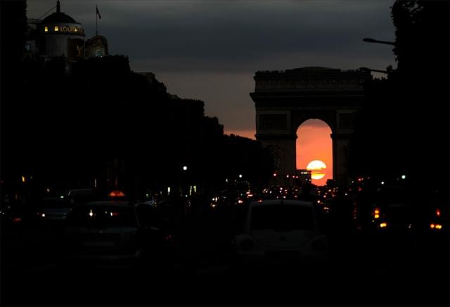フランス、パリのシャンゼリーゼ大通りから凱旋門越しに沈む夕日。これも決まると気持ちが良いカット。Canon EOS-1DX EF70-200mm F:2.8L USM  SP:1/250 F2.8