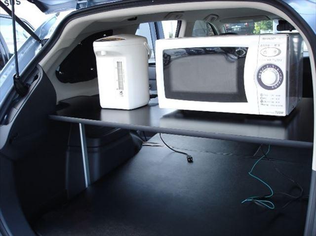電子レンジに電気ポットも。家庭と変わらぬ感覚で家電製品が使えて、冷暖房もOKというのはPHEVならでは