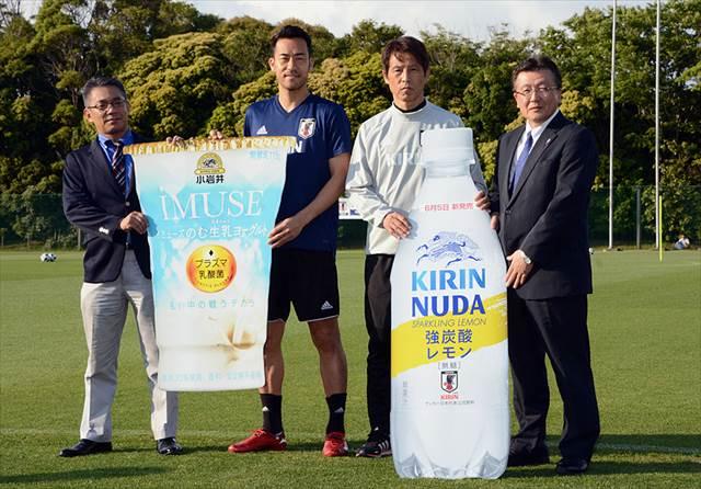 サッカー日本代表にオフィシャルパートナーのキリングループがドリンクを差し入れ