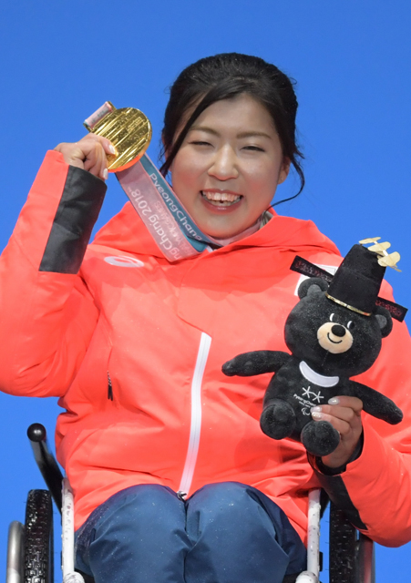 「次は4年後の北京。平昌より多くの金メダルを持って帰ってきたいと思っています」と語る村岡桃佳選手。写真は平昌パラリンピック表彰式での笑顔=加藤諒撮影