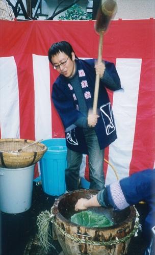 1998年の年の瀬。原田芳雄さん宅での餅つき会で杵を握る