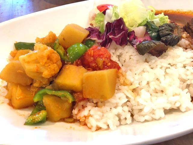 生トマトの風味と角切りした野菜の食感が楽しめる「野菜カレー」
