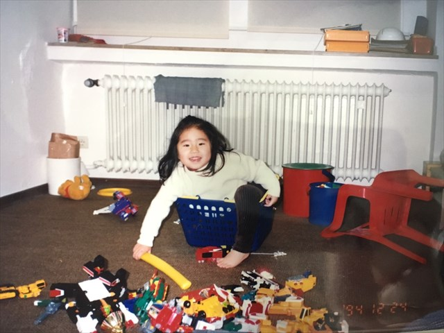 4歳のクリスマス。祖父母が日本から送ってくれたおもちゃを前に