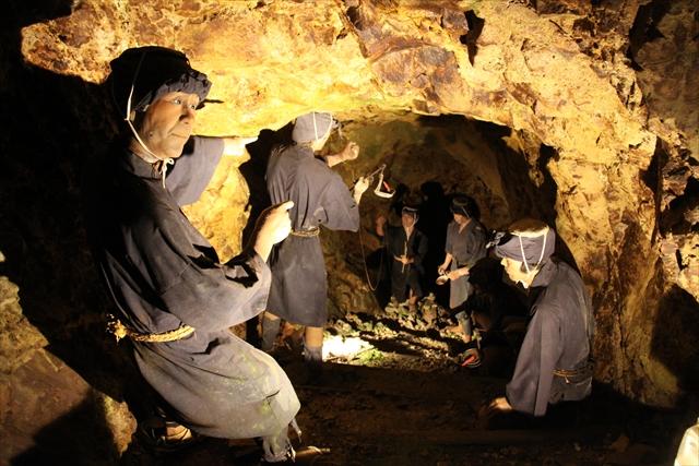 江戸時代の採掘方法が残された坑道が残っており、当時の作業の様子が復元されて展示されている(写真=ゴールデン佐渡)