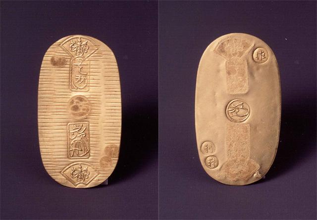 佐渡小判。左が表面で右が裏面。裏面には佐渡で製造されたことを示す「佐」の文字が刻印されている(写真提供=ゴールデン佐渡)