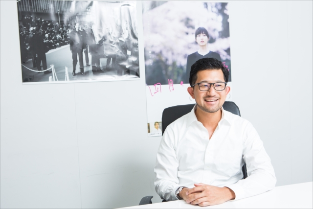 Tokyo New Cinemaの代表を務める木ノ内輝さん。映画の企画、制作、配給活動を一体とした事業を展開している