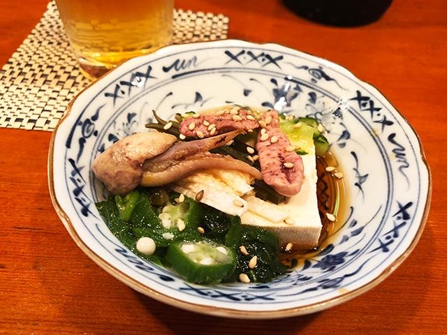 しらゆきの「うざく」は鰻の肝と胡瓜(きゅうり)のほか、芽かぶやお豆腐の入ったちょっと珍しいタイプ。具だくさんで嬉しい