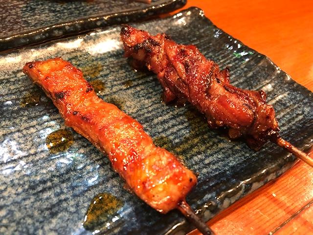 蒲焼の王道の美味しさを味わえる「短尺」(左)と、食感が楽しい肋骨の周りのお肉「ばら」(右)