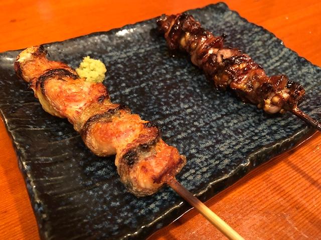 「くりから」(左)と「肝焼き」(右)。肝焼きはフォアグラのような「レバー」と比べると、随分ほろ苦く味わいが全く違う