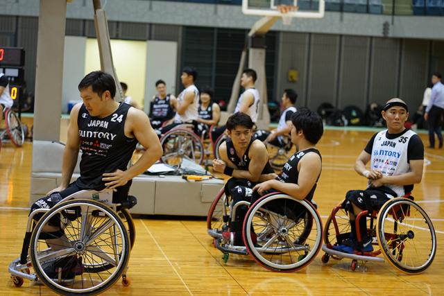 トレーニング中、チームメートに声をかける豊島英(写真左から2人目)。ベテランと若手の組み合わせでドイツに乗り込む