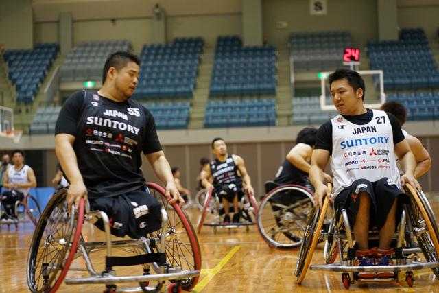 「いい意味でチームを壊すことができた」とこの2年をふり返る香西選手(写真左)