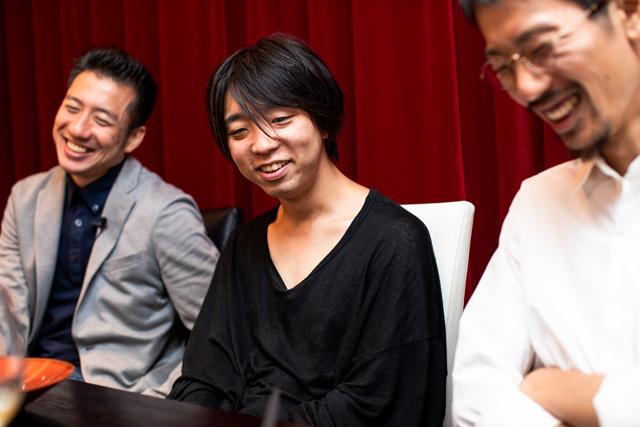 指揮者の海老原光さん(左)、ピクシーダストテクノロジーズCEOの落合陽一さん(中央)、ビジュアルデザインスタジオWOWのディレクター近藤樹さん(右)