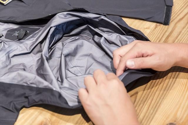 常時視線にさらされるフードの裏地にも織物がはられている