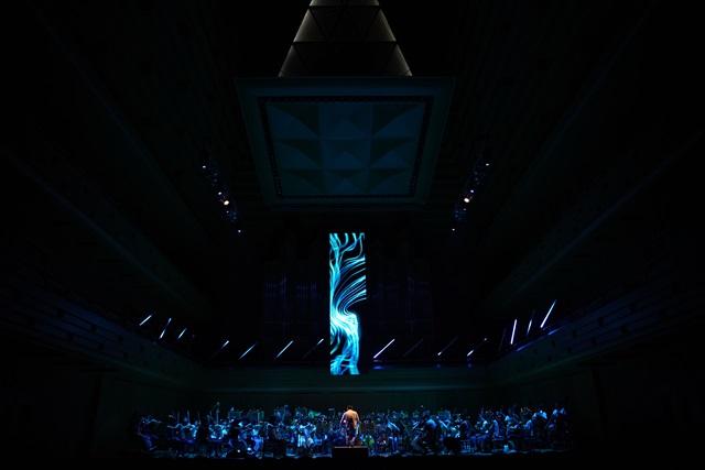 「変態する音楽会」では、映像にオーケストラの楽器のひとつという役割を担わせた=写真提供・日本フィルⒸ山口敦