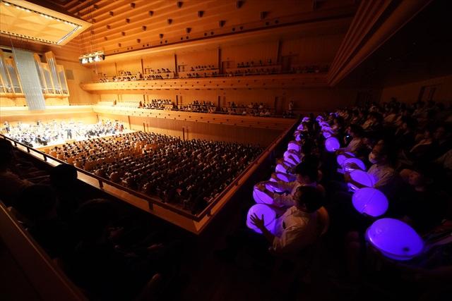 落合陽一さんと日本フィルのコラボプロジェクトvol.1「耳で聴かない音楽会」と同様に、振動と光で音の特徴を伝える装置「サウンドハグ」や「Ontenna」を使える席も用意された=写真提供・日本フィルⒸ山口敦