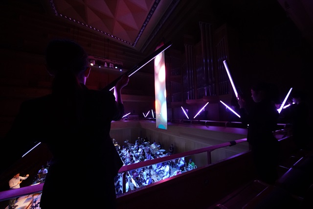 筑波大ダンス部の16人が、LEDで発光するパイプを手に映像に加わった=写真提供・日本フィルⒸ山口敦