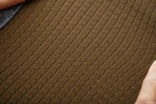 R2ジャケットの裏面(脇部分)。毛先から吸い上げられた水分は、「毛細管現象」により表面に行くにしたがって生地全体へと広がり、あっという間に乾いてしまう