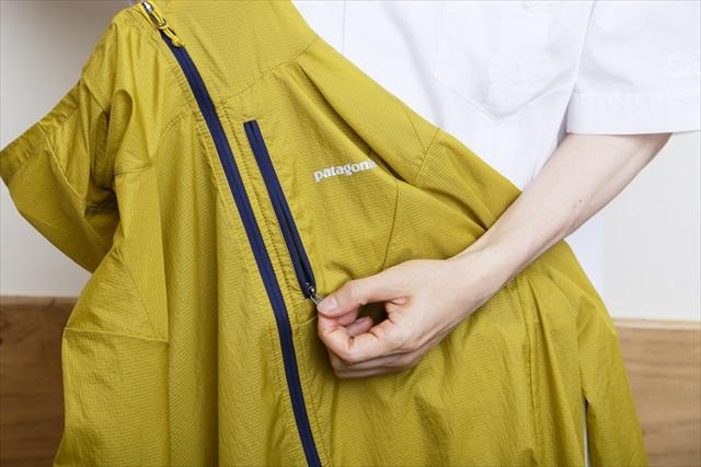 左胸の縦ポケットのジッパーを全開にする。ちなみにフロントジッパーは閉めずに収納することも可能
