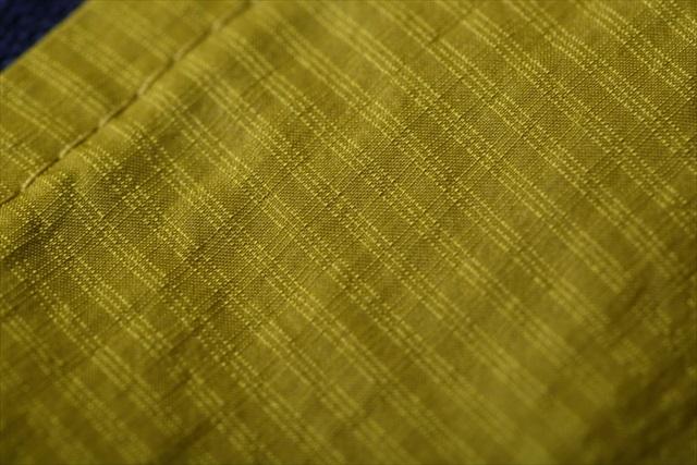 格子状に配置された繊維が傷口の拡大を防いでくれる「リップストップ(裂け止め)」素材。通常は1本の糸が格子状に配置されるところを3本に増やすことで、強度と、ゆがまない性質「剛性」を高めている