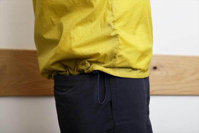 腰部分のドローコード(ひも)も後ろ半分にしか入っていないため、しっかりしめてもフロント部分のフィット感が守られる