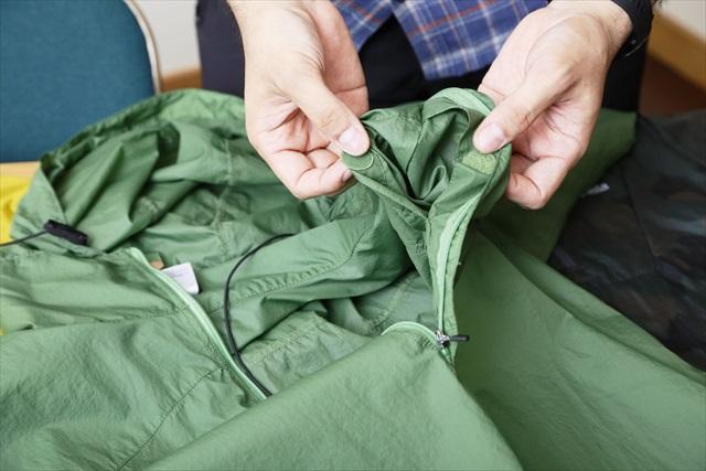 「ドラゴンフライ・ジャケット」の収納ポケットは胸の裏側。フード部分のコードは前方に設けられていた