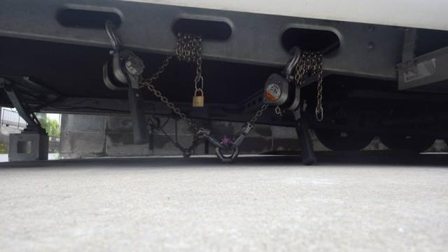 自宅の駐車スペース(コンクリート)にアンカーを埋め込み、台風前にはがっちりとトレーラーを固縛。これならどんな強風にあおられても安心だ