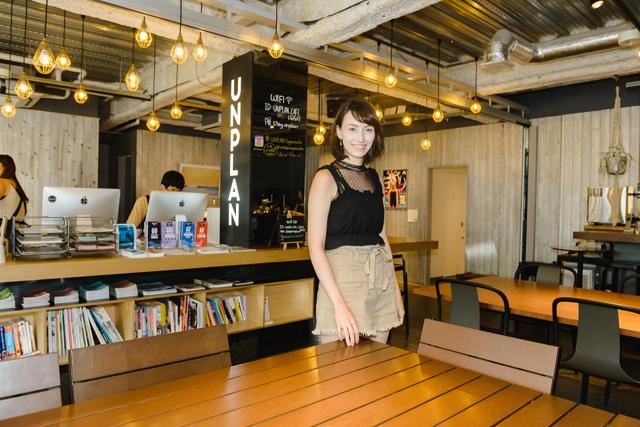 中学生の頃、日本文化に興味を持ったと笑顔を見せるデリスさん