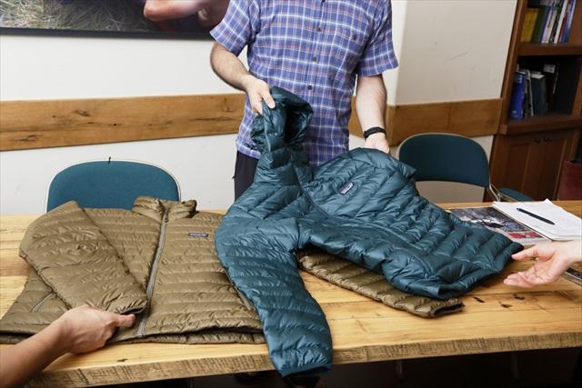 触れてみると、その薄さを実感する。フードのないメンズ・ダウン・セーターも(写真左/¥31,860)