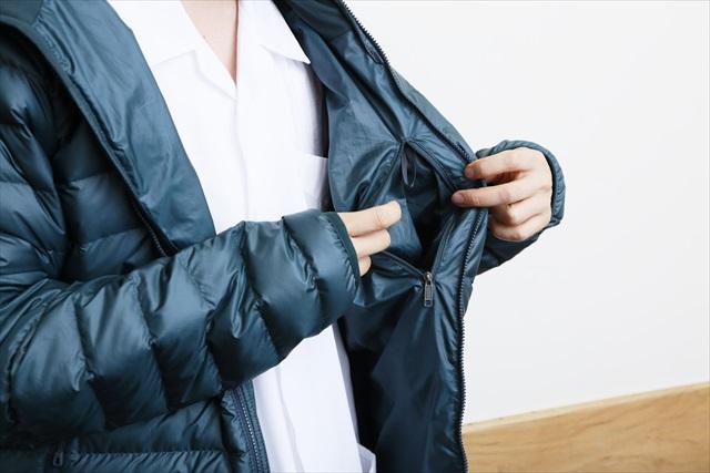 実はパッカブル仕様のダウン・セーター。内ポケットが収納スペースを兼ねている