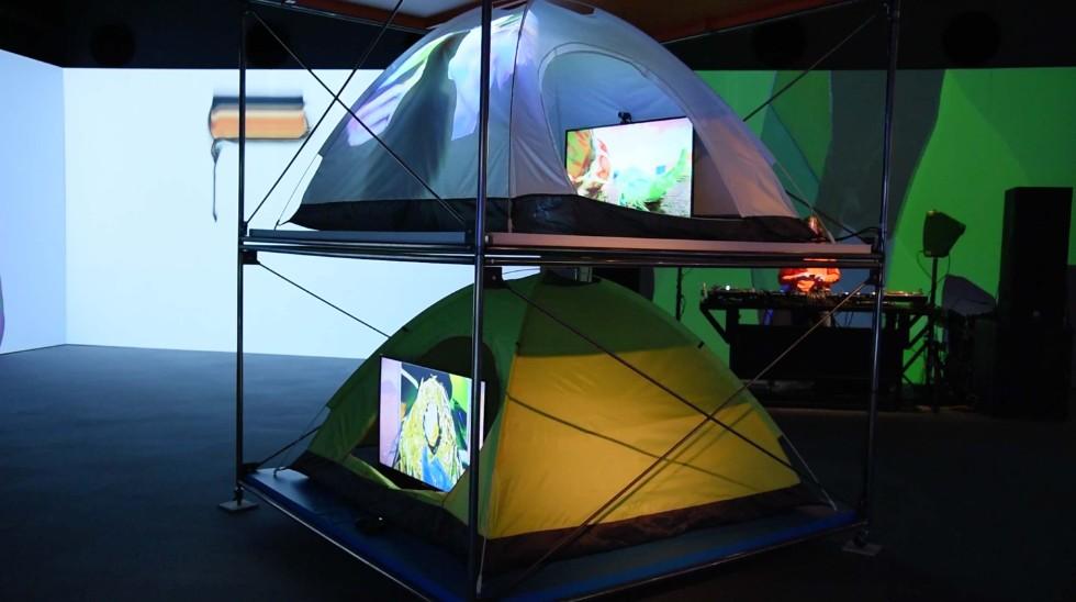 ジョナサン・ザワダ「Cornucopia of the Commons(コモンズの豊穣)」 テントを積み重ねた、体験型のインスタレーション