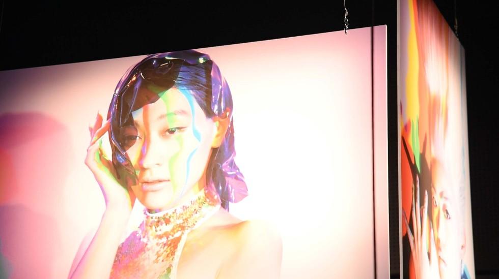 ヘアメイクアップアーティスト・冨沢ノボルさんとのコラボレーション作品も展示されている