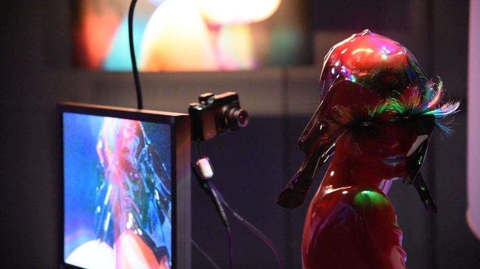 照明装置「RGB_Light」の光を照射された立体作品が、モニターに映し出される仕掛けになっている