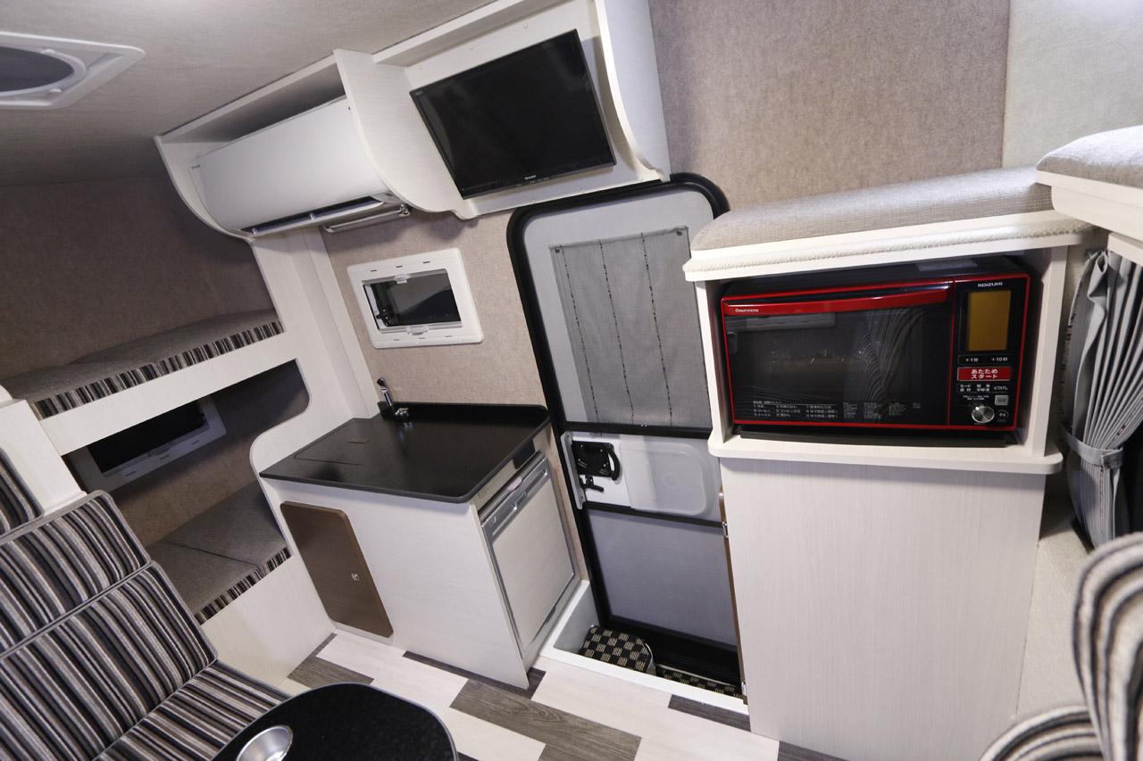 50L冷蔵庫は標準装備。家庭用エアコンと電子レンジはオプション。これだけ装備して車重2000kgとはなかなか優秀といえる