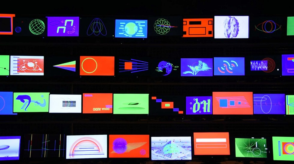 YOSHIROTTEN「SIGNAL RGB」 。電気店のモニターコーナーを思い起こさせる約40台のディスプレー