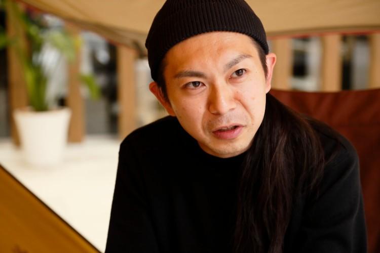 メインデザイナーの山井梨沙さんと共にアパレルラインの立ち上げに携わった企画開発本部の菅純哉さん。有名コレクションブランド専門の生地メーカーを経て、スノーピークに入社した