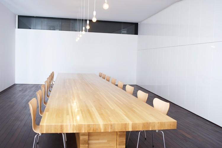 インタビューを行ったSAMURAIのミーティングスペース。視界に入るのは、テーブル、椅子、照明くらい。モノが少ない