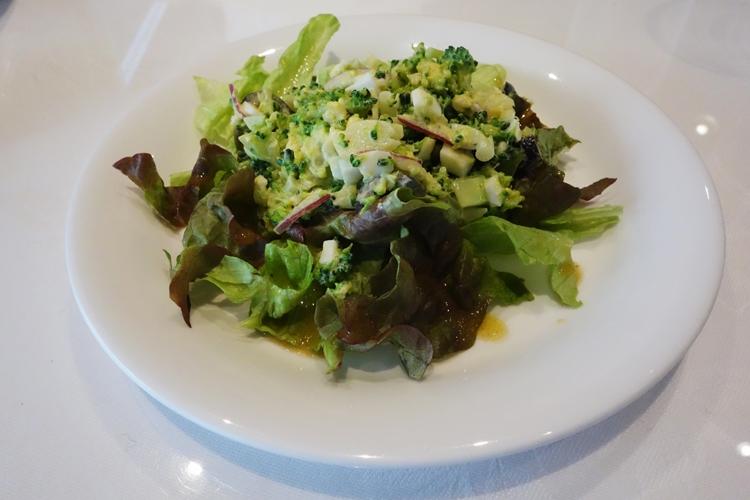 ブロッコリーやゆで卵を混ぜ合わせたサラダ