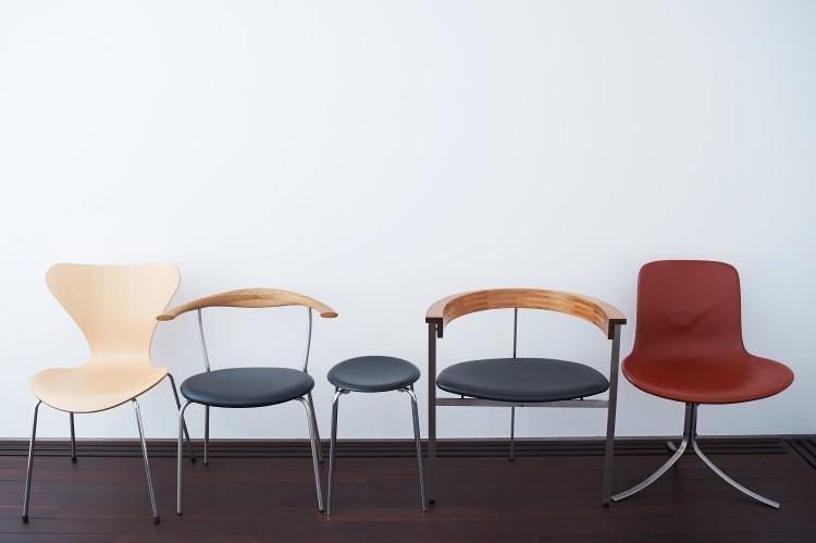佐藤さんがオフィスで使っている北欧家具のごくごく一部。左からアルネ・ヤコブセンによるデザインの〈セブンチェア〉、ハンス・ウェグナーの〈PP701〉、ヤコブセンの〈ドットチェア〉、ポール・ケアホルムによる〈PK11〉〈PK9〉