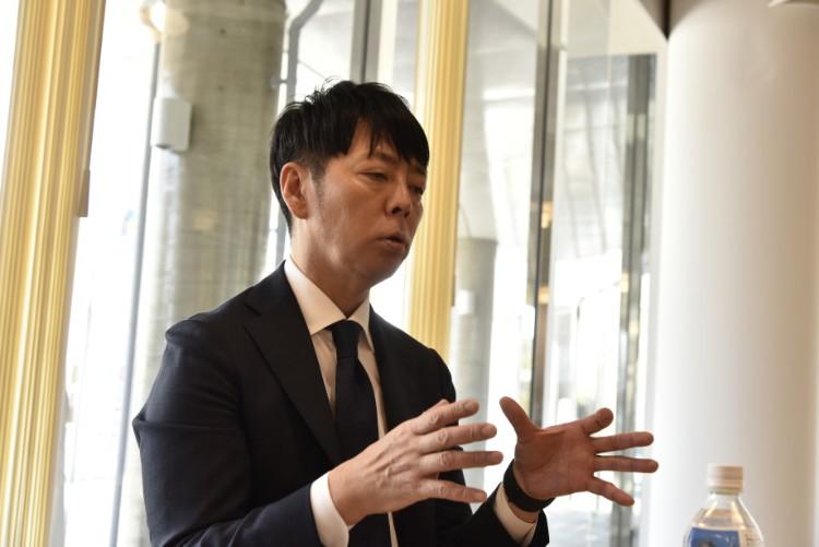 インタビューに答える佐藤可士和さん