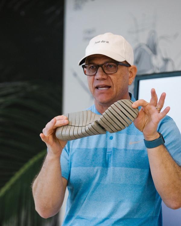 伝説的デザイナー、トビー・ハットフィールド氏。足が自由に動く仕組みを説明している