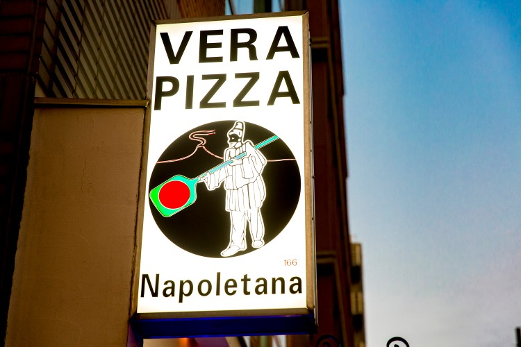 「真のナポリピッツァ協会」認定店の看板。通し番号は世界共通