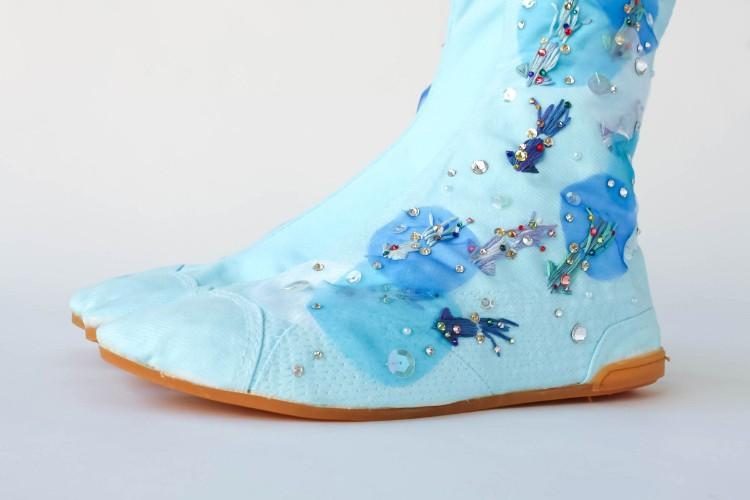 富山湾の名物ホタルイカをモチーフに。刺繍だけでなく、キラキラのラインストーンや、透ける生地を使っています