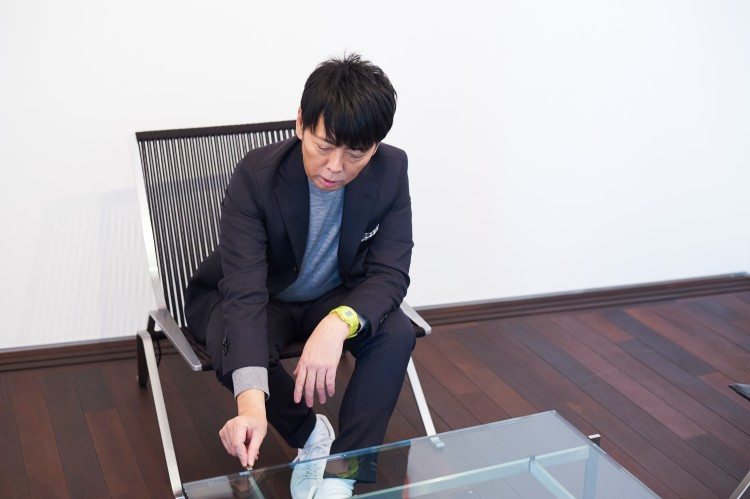 ラウンジチェア〈PK25〉と、手前がローテーブル〈PK61〉。天板を細いスチールで支える、極限まで絞りきったデザイン