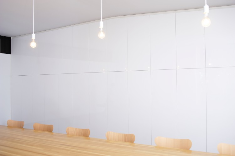 ミーティングスペースを取り囲む真っ白い壁。そこを押すと……