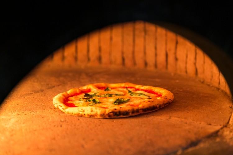 窯内は思いのほか広い。最適温度である420〜430℃の場所で焼く