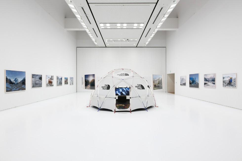石川直樹「この星の光の地図を写す」展示風景 撮影:木奥恵三 作品「K2」が展示されているスペースに設置されたテント